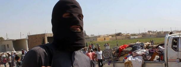 """Ein Kämpfer der Truppen des """"Islamischen Staates"""" auf den Trümmern eines zerbombten Hauses"""