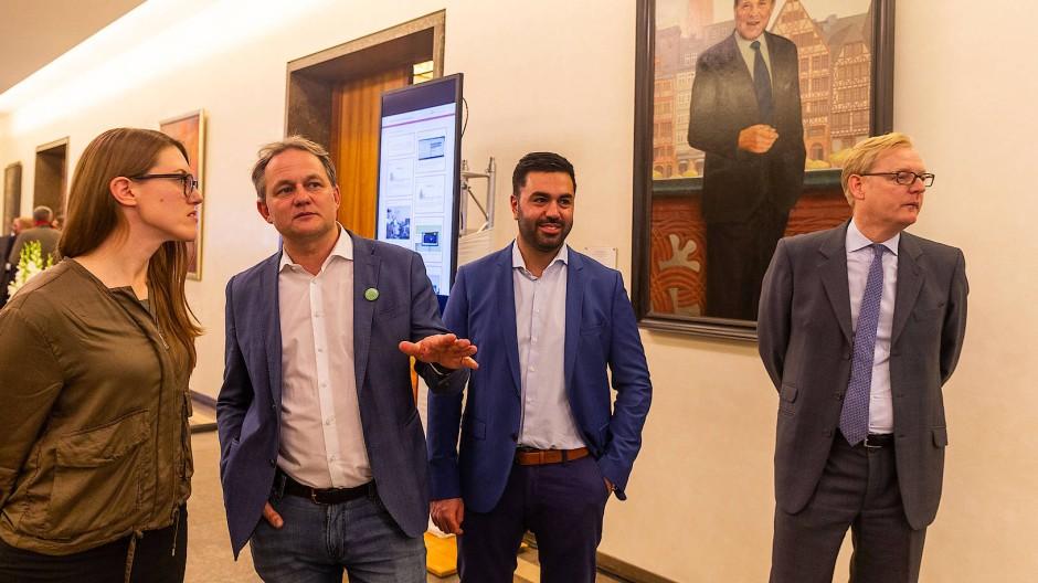 Der Grünen-Abgeordnete Taylan Burcu (zweiter von rechts) mit Kollegen im Frankfurter Römer (Archivbild)