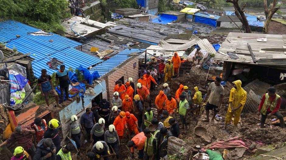 Da weitere Verschütteten in den Trümmern vermutet wurden, setzten die Rettungskräfte ihre Suche zunächst fort – anhaltende starke Regenfälle und Probleme beim Transport schwerer Geräte in die betroffenen Gegenden behinderten die Arbeiten jedoch.