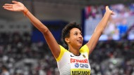 Seht her! Malaika Mihambo präsentiert sich nach ihrem Goldsprung den Zuschauern.