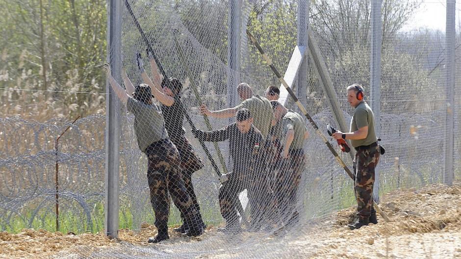 Ungarische Soldaten errichten einen Zaun an der Grenze zu Serbien (Foto aus dem April 2016)