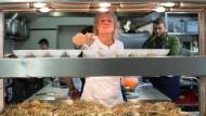 """""""Ich habe zehn Jahre lang hart gekämpft, bis meine Hände meinem Kopf folgten"""": Roš beim Rheingau-Gourmet-Festival im Februar; das Gericht: in Heu gebackene Kartoffeln mit pochiertem Eigelb und Lamm."""