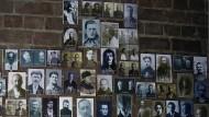 Stumme Zeugen: Im früheren Untersuchungsgefängnis von Tomsk hängen Bilder von Gefangenen, die zwischen 1937 und 1938 ermordet.