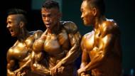 Bodybuilder zeigen bei einem Wettkampf in Myanmar ihre Muskeln. (Archivbild)