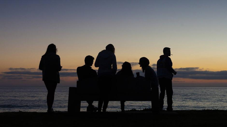 Selbst ein Sommerabend am Meer ist jetzt politisch.