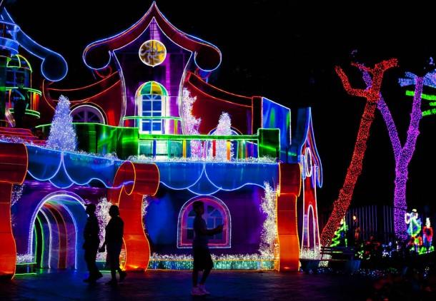 """25. Dezember 2014. Karibisch farbenfroh erstrahlt der weihnachtliche """"Lichter-Park"""" in Santo Domingo, der Hauptstadt der Dominikanischen Republik."""