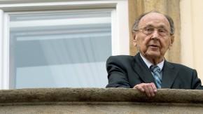 """""""Ich bin heute zu Ihnen gekommen, um Ihnen mitzuteilen, dass heute Ihre Ausreise ..."""" - Hans-Dietrich Genscher auf dem Balkon der Deutschen Botschaft in Prag, 25 Jahre nach seinem berühmten Satz."""