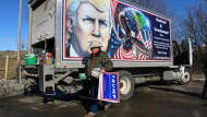 Im Auftrag des Herrn: Kraig Moss vor dem Trump-Truck von Julian Raven