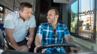 In Mainz unterrichtet ein Fahrlehrer einen syrischen Flüchtling im Rahmen seiner Ausbildung zum Busfahrer.