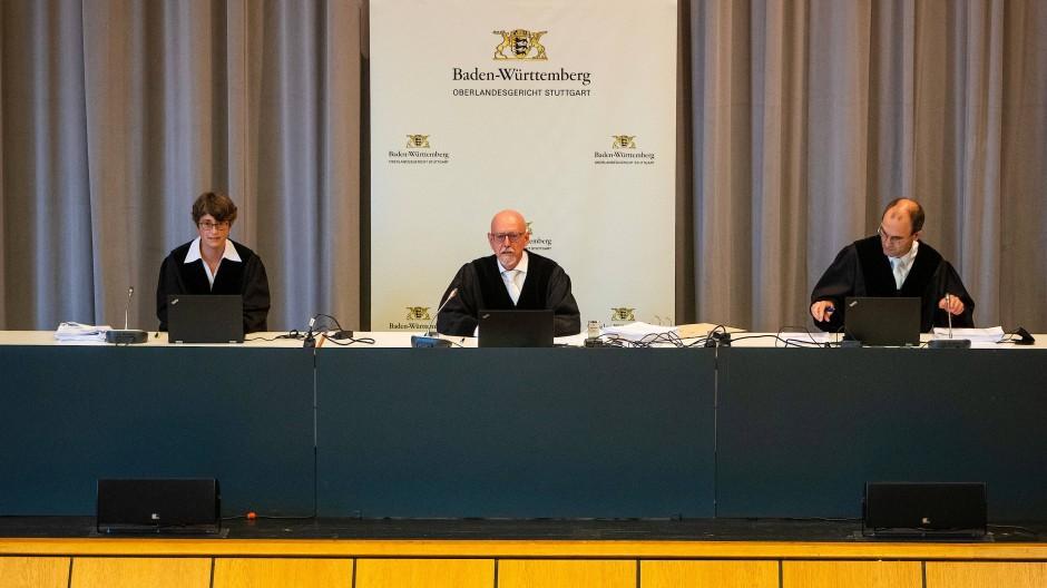 Stefan Vatter (M), Richter und Vorsitzender des Senats, sitzt beim Auftakt des Kapitalanlegermusterverfahrens am Oberlandesgericht Stuttgart in einem Saal der Filderhalle.