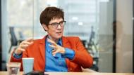 Nicht nur die große Politik: Annegret Kramp-Karrenbauer spricht im Interview auch über ihre Familie und ihren Glauben.