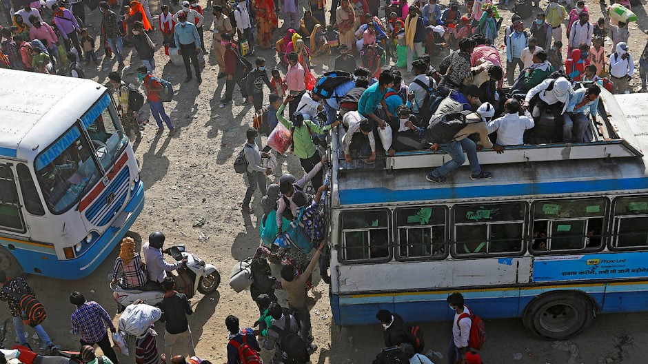 Ansturm auf einen Busbahnhof außerhalb Delhis am Sonntag