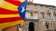 Verfechter der katalanischen Unabhängigkeit demonstrieren vor dem historischen Präsidentenpalast, in der am Samstag die neue katalanische Regionalregierung vereidigt wurde