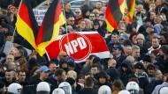 Demonstranten mit einer NPD-Fahne am 9. Januar in Köln