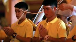 Gerettete Fußball-Jungs besuchen Tempel