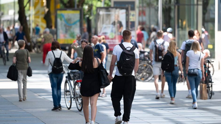 In Dresden sind vergangenen Montag Passanten auf der Einkaufsstraße Prager Straße unterwegs.
