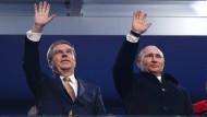 Thomas Bach und Wladimir Putin während der Eröffnungsfeier der Olympischen Spiele 2014 in Sotschi.