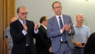 AfD-Funktionär Joachim Keiler (l) und der  Landesvorsitzender der sächsischen AfD, Jörg Urban, klatschen nach der Urteilsverkündung in Leipzig.