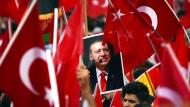 Frenetischer Jubel für einen Autokraten: Anhänger des türkischen Staatspräsidenten Erdogan bei einer Kundgebung in Köln