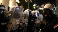 Während der Protest sich in Belgrad formiert, steht die Bereitschaftspolizei in Formation.