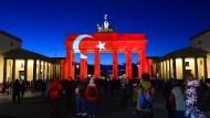 Ein Zeichen der Gemeinsamkeit - das Brandenburger Tor erstrahlt in den Farben der türkischen Flagge.