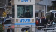 Die New Yorker Polizei sichert die Straße am Trump Tower in New York.