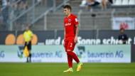Schmerzhafter Tiefpunkt: Für Eintracht-Verteidiger Guillermo Varela, der beim 0:1 in Darmstadt verletzt ausscheidet, geht es jetzt wieder bei null los.