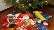 Verpackungsmüll unterm Weihnachtsbaum.