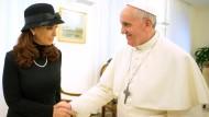 Entspannte Atmosphäre in schwarz und weiß: Christina Kirchner bei Franziskus