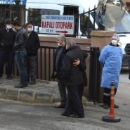 Anwohner und Angehörige, Polizisten und Sanitäter versammeln sich vor dem privat geführten Sanko Krankenhaus in der Südosttürkei.
