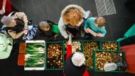 Die Helfer der Tafeln sammeln in den Supermärkten rund 200.000 Tonnen überzählige Lebensmittel im Jahr ein und verteilen sie an Bedürftige.