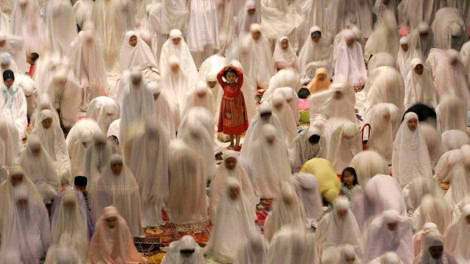 Der Farbtupfer der Zukunft eines kommenden freien Frauenkopfs im muslimischen Einheitsschleierbild: Beterinnen in Surabaya, Ost-Java