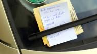 """Ein Zettel mit der Aufschrift: """"Bitte melden Sie sich bei uns. Ich bin ganz leicht gegen ihr Auto gerollt"""", klemmt in Magdeburg an einem Auto hinter einem Scheibenwischer. (Archivbild)"""