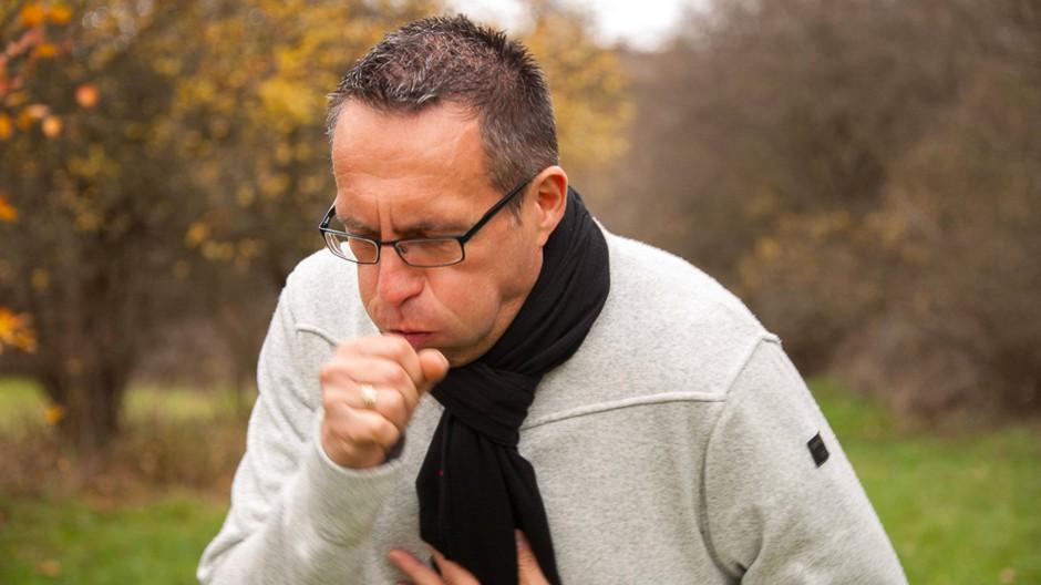 Trockener Husten ist ein häufiges Corona-Symptom, kann aber auch bei einer Erkältung oder eine Grippe auftreten.