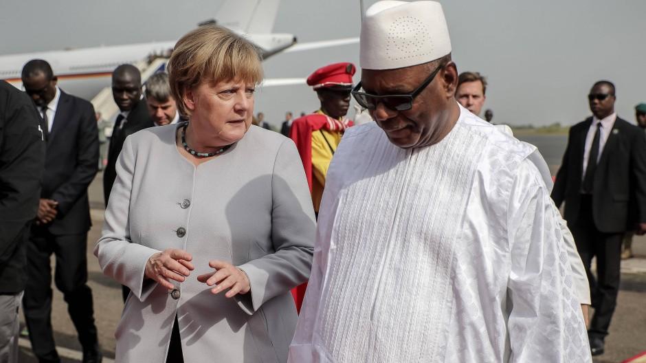 Der malische Präsident Ibrahim Boubacar Kaite begrüßt Angela Merkel bei ihrer ersten Station auf ihrer Afrika-Reise.