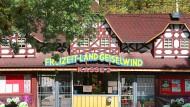 """Der Betreiber des Freizeitparks """"Geiselwind"""" muss sich vor Gericht verantworten, weil in seinem Park echte Grabsteine vor einem """"Horrorhaus"""" standen."""