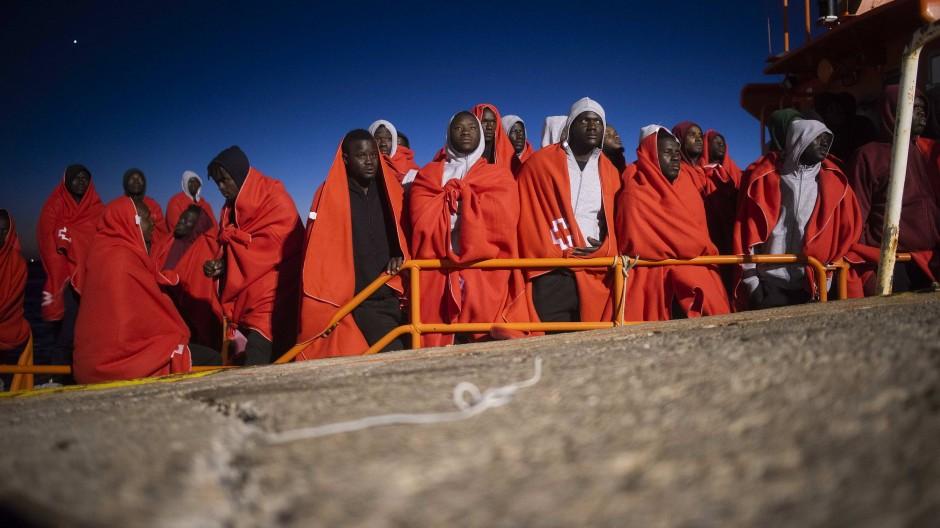 """Flüchtlinge stehen an Bord des spanischen Rettungsschiffes """"Arcturus"""", nachdem sie in der Straße von Gibraltar gerettet wurden."""