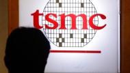Das Logo von TSMC in einem Konferenzraum in Taiwans Hauptstadt Taipeh