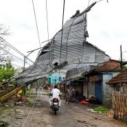 Ein zerstörtes Dach in Baruipur, Indien: Mehr als eine Million Menschen verlor durch den Zyklon in Indien und Pakistan ihre Häuser.