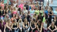 """Im Mittelpunkt: Sophia Thiel (Mitte, winkend) wirbt beim """"World Fitness Day""""."""