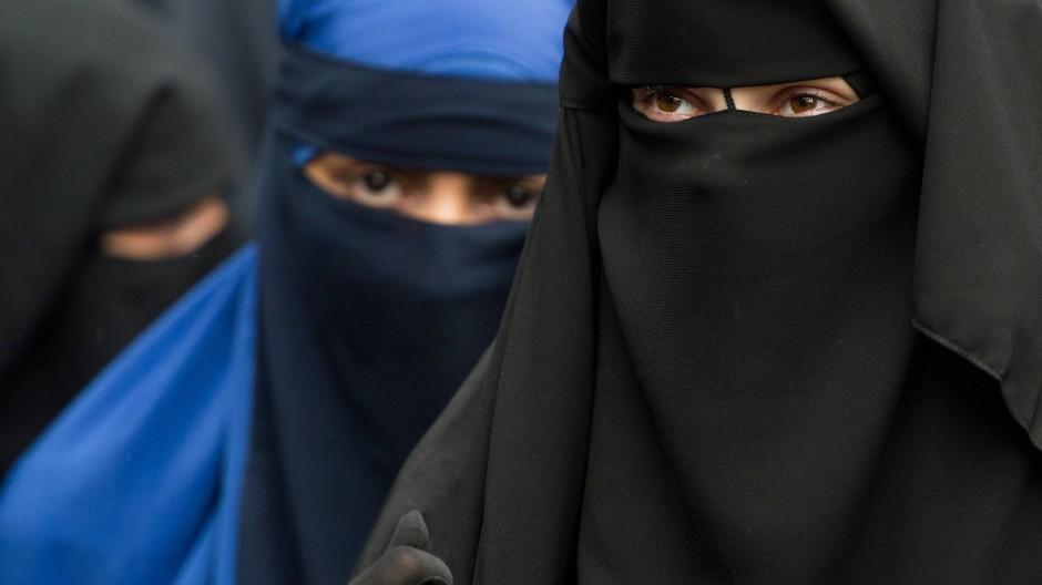 Vollverschleierte Frauen bei einer Kundgebung eines radikalen Salafistenpredigers (Archivbild)