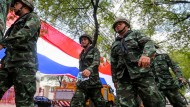 Omnipräsent: Das Militär prägt das Bild in Bangkok, das Leben in der thailändischen Hauptstadt geht aber weiter seinen Gang