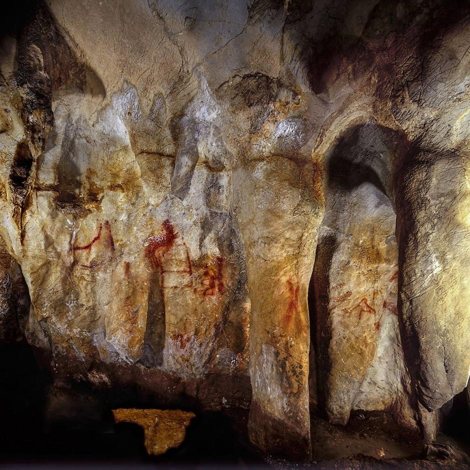 Die horizontalen und vertikalen Linien, deren Anordnung an eine Leiter erinnert, sind älter als 64.000 Jahre und  wurden damit von Neandertalern geschaffen.