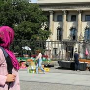 Frau mit Kopftuch vor der Humboldt-Universität in Berlin
