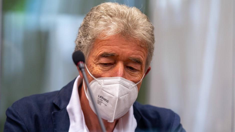 Thomas Pekny, Chef der Komödie im Bayerischen Hof, sitzt vor Prozessbeginn auf seinem Platz im Gerichtssaal des Landgerichts München I.