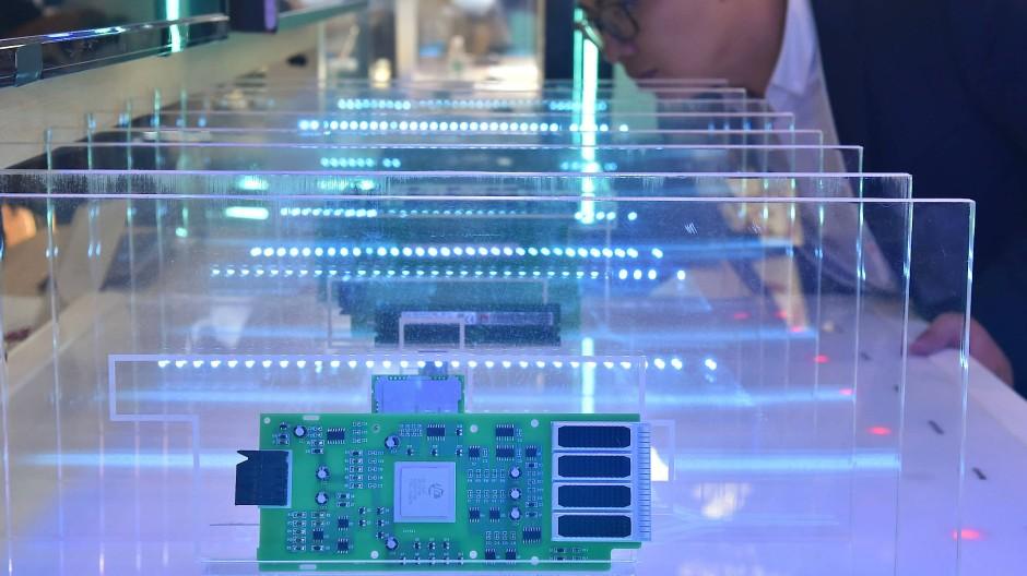 """Ein Besucher begutachtet einen Flashspeicher auf der """"China International Big Data Industry Expo"""" 2019 in chinesischen Guiyang."""