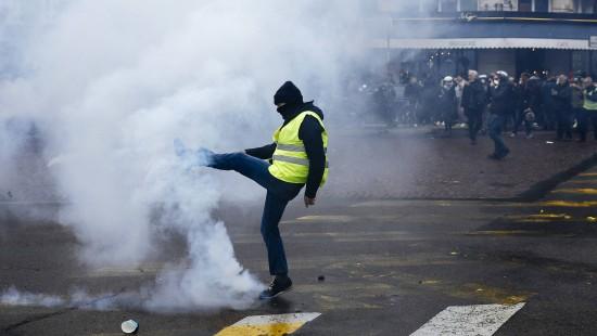 Tränengas zum einjährigen Jubiläum der Gelbwesten