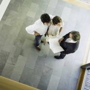 Vor dem Kauf: Interessenten in einem Neubau
