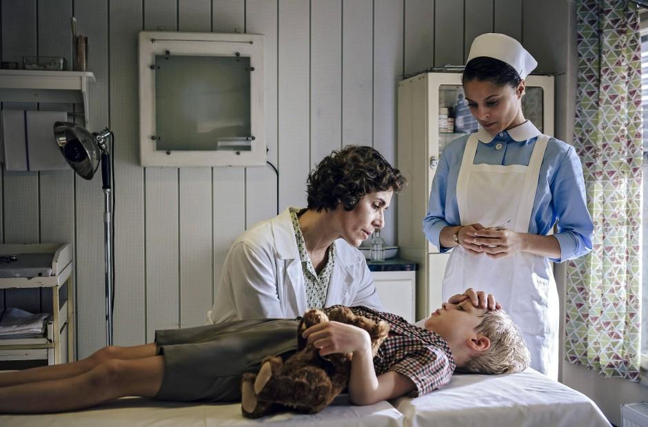 """Historie: Nina Kunzendorf (links) spielt die Kinderärztin Ingeborg Rapoport in der neuen Staffel von """"Charité""""."""