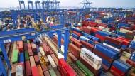 Container lagern im chinesischen Hafen Qingdao.